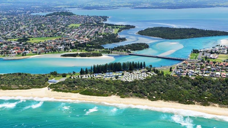 Windang is at the entrance to Lake Illawarra, 15 kilometres southern of Wollongong City Centre.